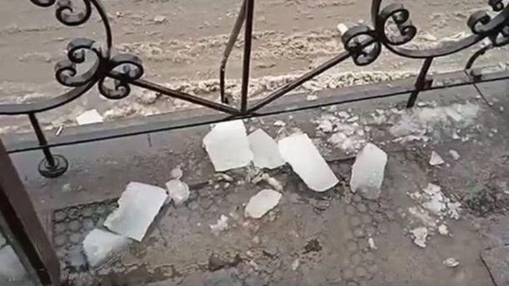 Петербуржцы жалуются на уборку крыш: на Удельном проспекте глыба льда упала на голову прохожему