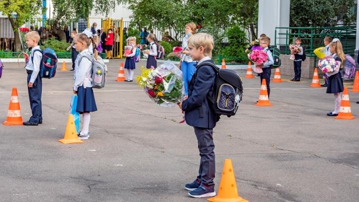 Школьные линейки 1 сентября 2021 в Новокузнецке: формат мероприятия, ограничения, стоимость букета