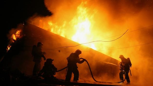 Крупный пожар вспыхнул в ТЦ Синдика на северо-западе Москвы