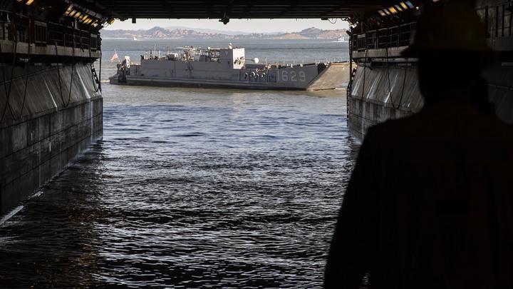 Миллион галлонов горючего: В США назвали причину взрыва на военном корабле