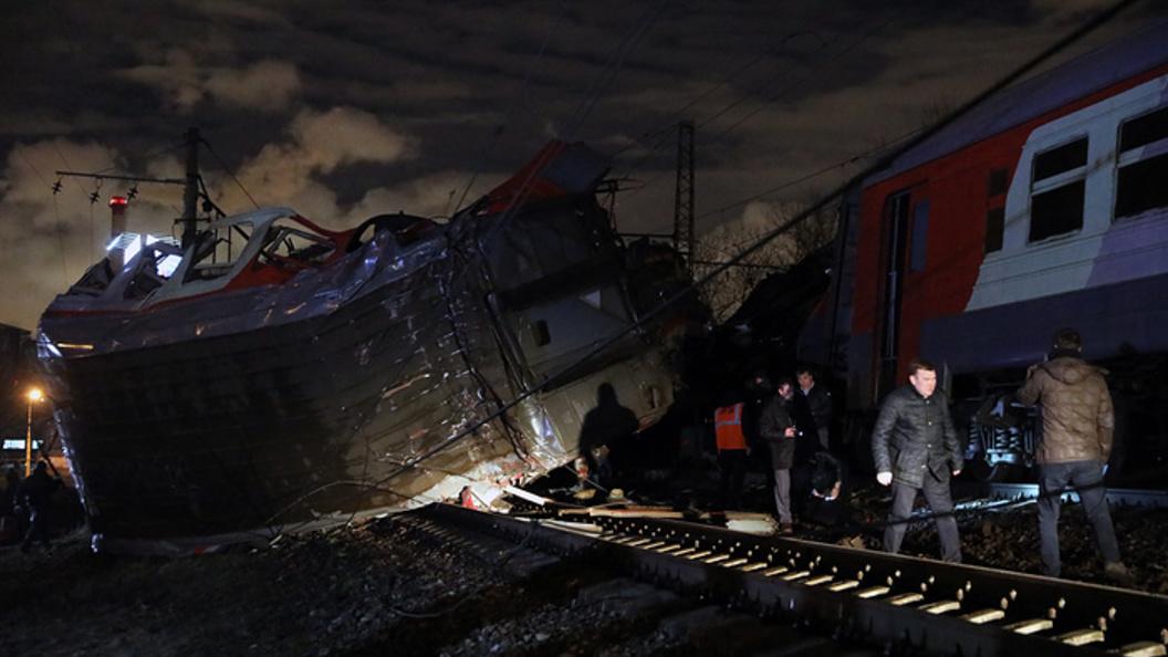 Столкновение поездов в Москве: 11 человек госпитализированы, виноват пешеход - фото, видео