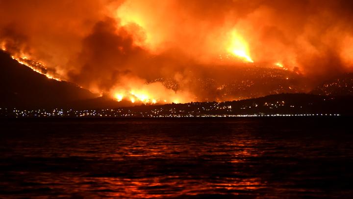 Пожар в Греции бушует неподалеку от православной святыни
