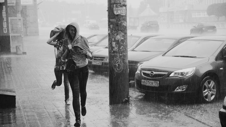 По пояс в воде, кругом все затоплено: Что происходит после шторма – от Питера до Киева