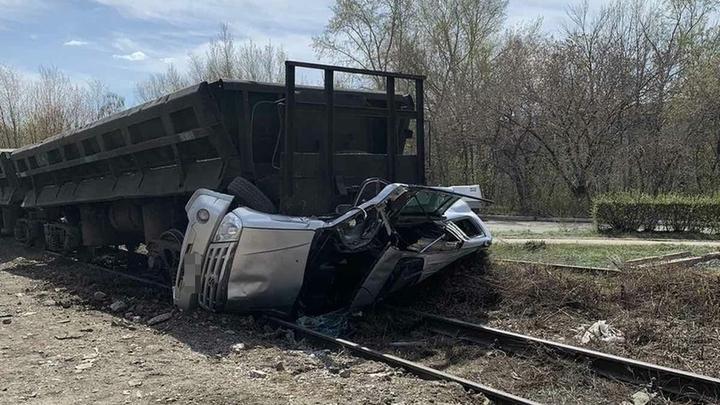 В Челябинской области иномарка попала под поезд на переезде
