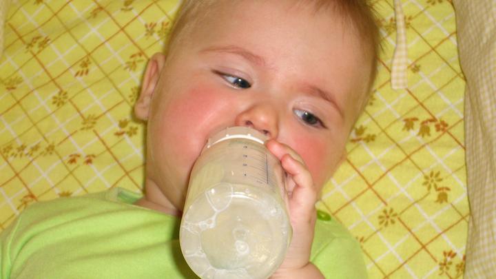 Дети едят пластик: Учёные назвали опасный способ приготовления молочной смеси
