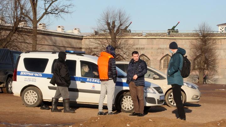 В Петербурге трое чернобородых парней напали на сотрудников «Пятерочки» с молотком