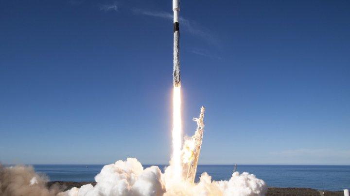 Первая ступень ракеты Falcon 9 во время приземления упала в океан