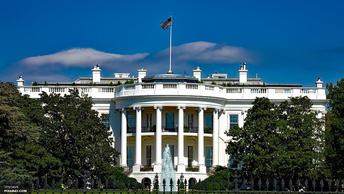 Пятничный стресс: Спикер Белого дома вышел на брифинг с перевернутым значком