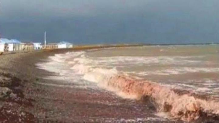 Третий раз за год: в Новороссийске море снова стало красного цвета