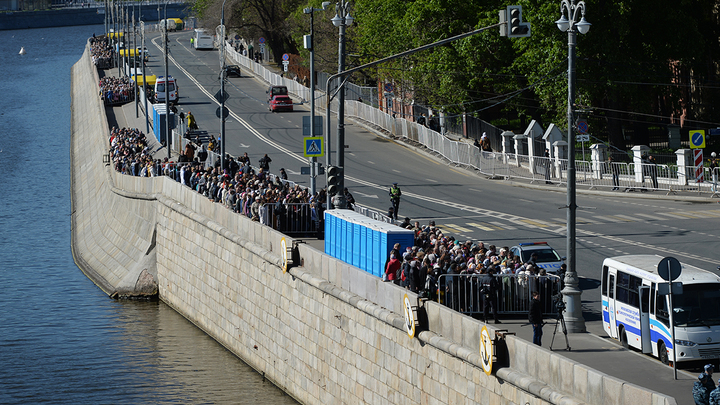 Более 10 тысяч человек стоят в очереди на поклон мощам Николая Чудотворца - фото, видео