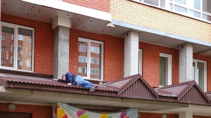 В Новосибирске мужчина выпал из окна третьего этажа на козырёк подъезда
