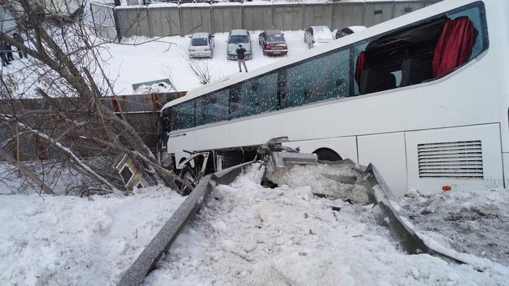 Есть пострадавшие: в Челябинске пассажирский автобус рухнул с моста