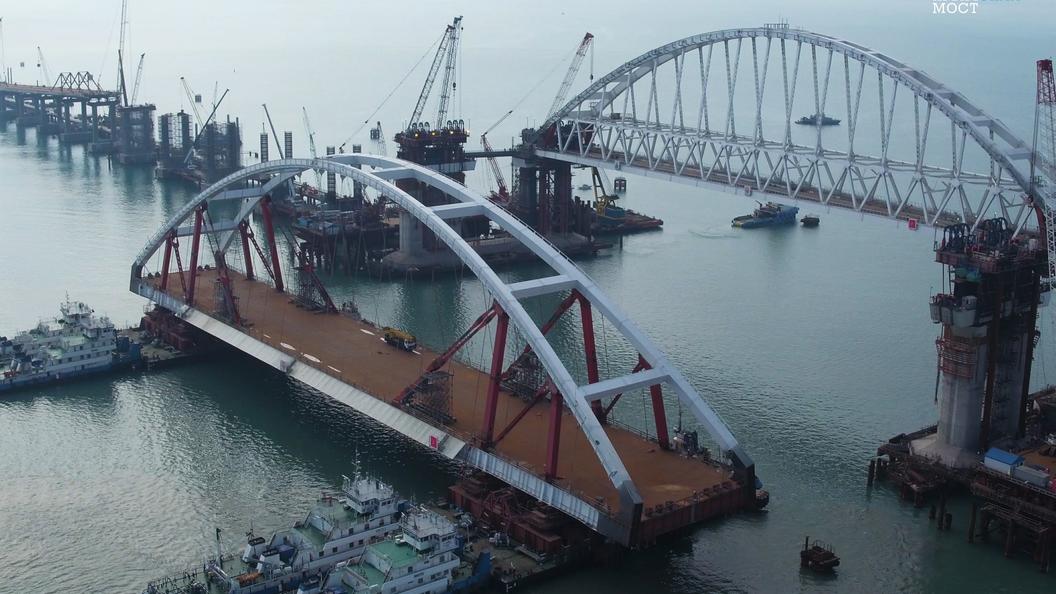 Мост через Керченский пролив пройден: Первое судно пересекло пролив под двумя арками
