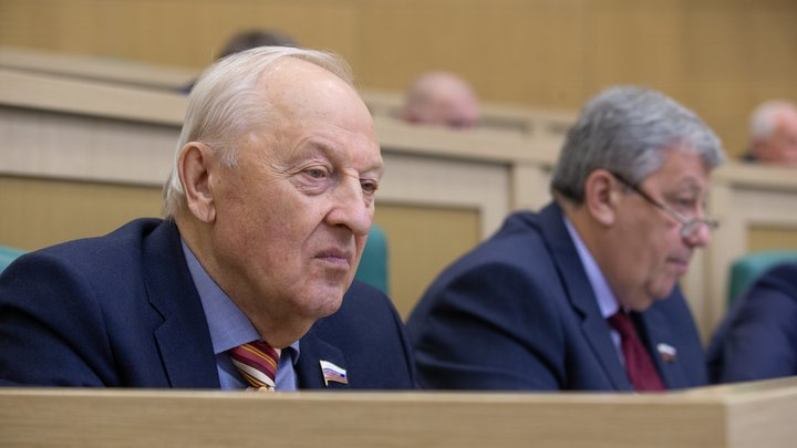 Бизнесмен из списка Титова предложил сенатору Росселю сложить свои полномочия на время проверки квартирных махинаций