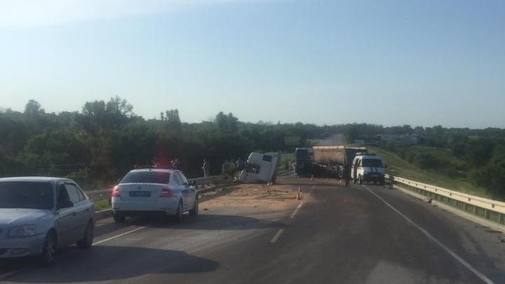 В Ростовской области в ДТП с участием большегрузов и легковушки пострадали три человека: Видео