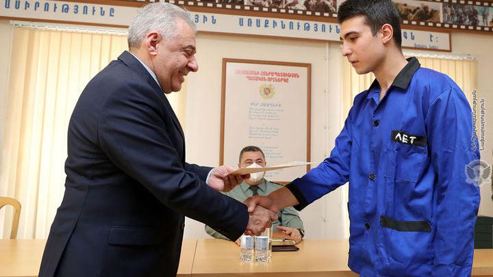 Министр обороны Армении вручил медали участникам второй карабахской войны