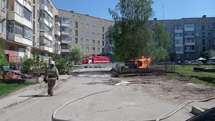 Во дворе жилого дома в Ирбите вспыхнул резервуар с газом