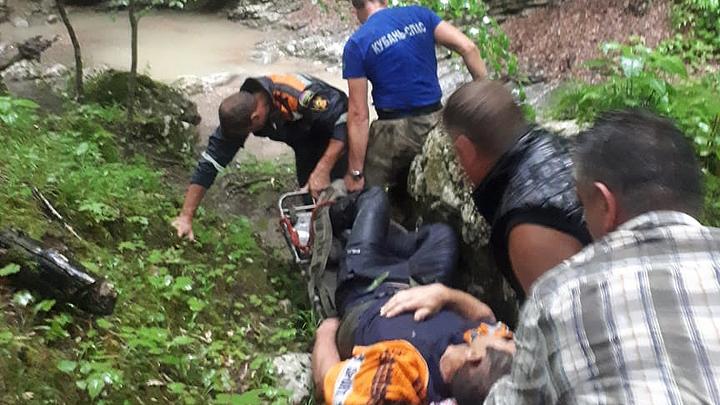 На Кубани спасатели помогли мужчине, сорвавшемуся со скалы на камни в горном ручье