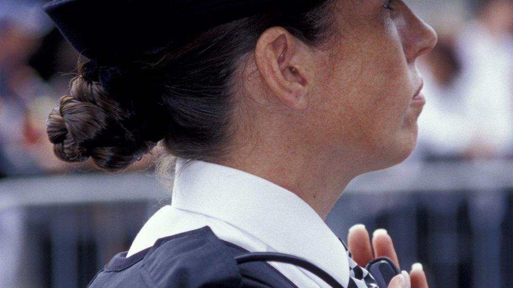ВСоединенном Королевстве  женщинам-полицейским разрешили раздеваться и рыдать