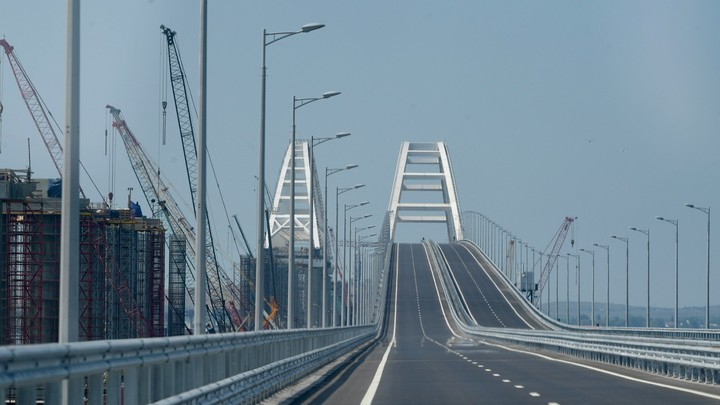 Плавучий кран сорвался с якоря и врезался в Крымский мост