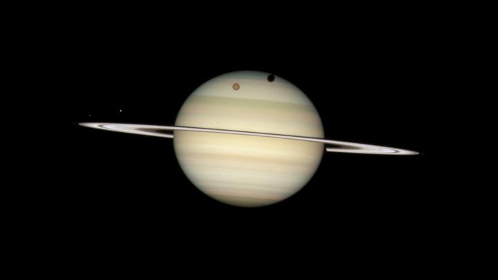Ученые нашли производство спирта на лунах Сатурна