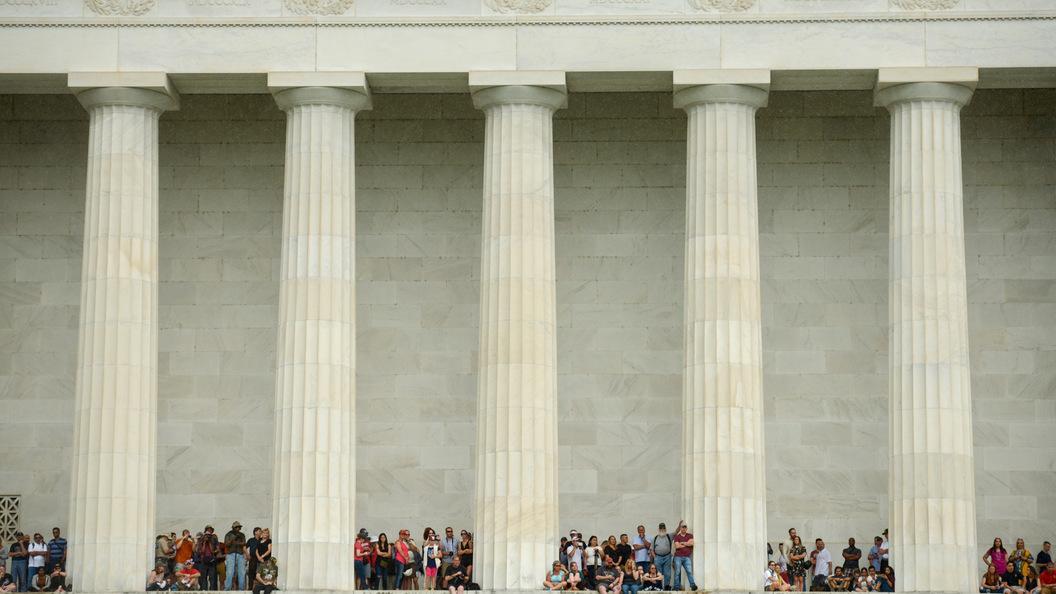Американские вандалы испортили мемориал Линкольна в Вашингтоне