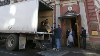 Постные лица и неприличные жесты: Как американцы уезжают из Генконсульства в Петербурге - фото