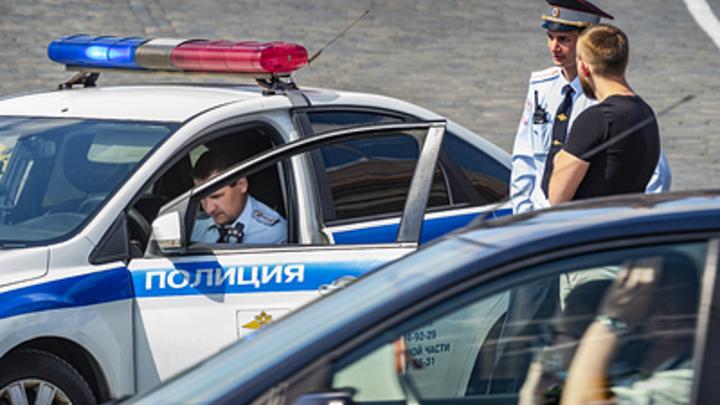 Под Новосибирском грузовик врезался в сломанную иномарку на обочине