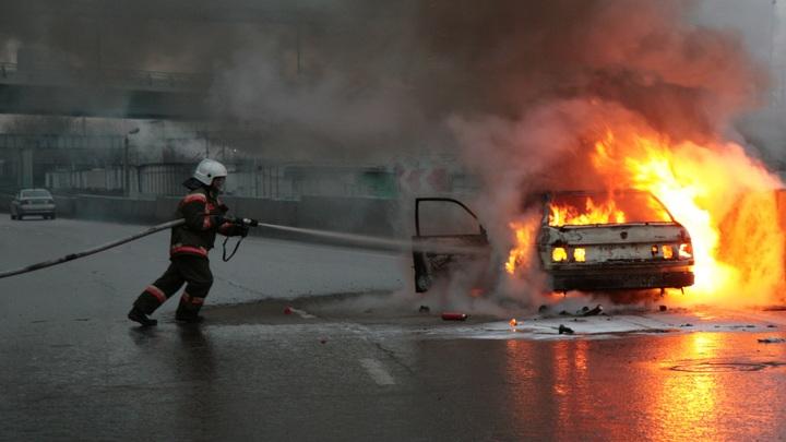На трассе М-4 в Ростовской области полицейские спасли инвалида, запертого в горящей машине