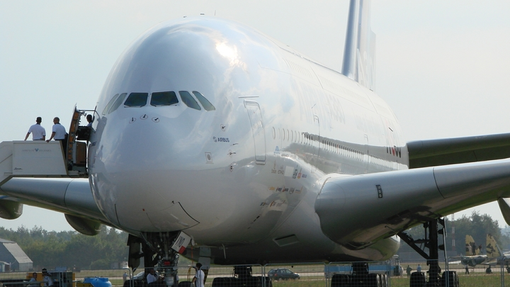 Летящий из ЯНАО в Москву самолет аварийно сел в Ханты-Мансийске — СМИ