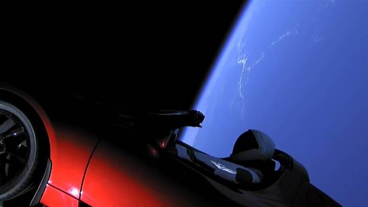 На орбите Земли оказался автомобиль: Маск показал видео с Teslaв космосе