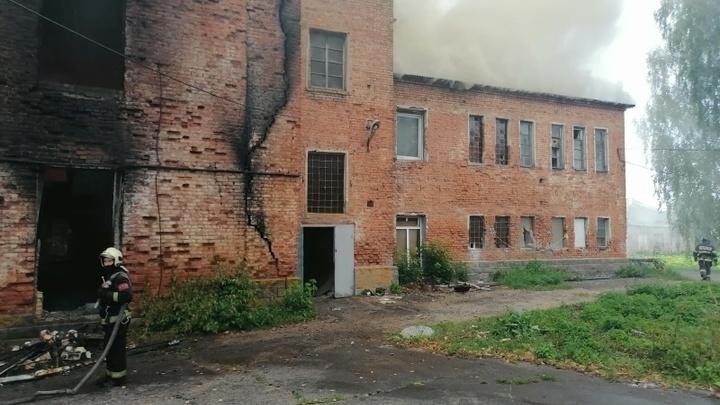 Вчера в Подмосковье тушили склад на территории фарфорового завода