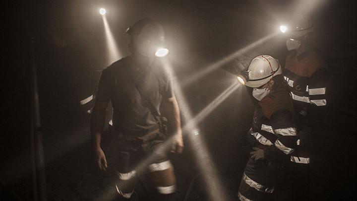 Троих шахтёров в Луганске спасло чудо. Родственники ещё 15 надеются на него - эксперт не оставляет им шансов на выживание