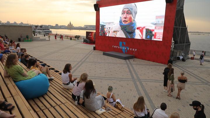 Летний кинотеатр заработал на Нижневолжской набережной