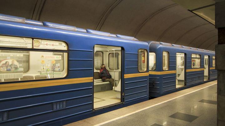 В метро Киева в перегоне между станциями загорелся вагон поезда