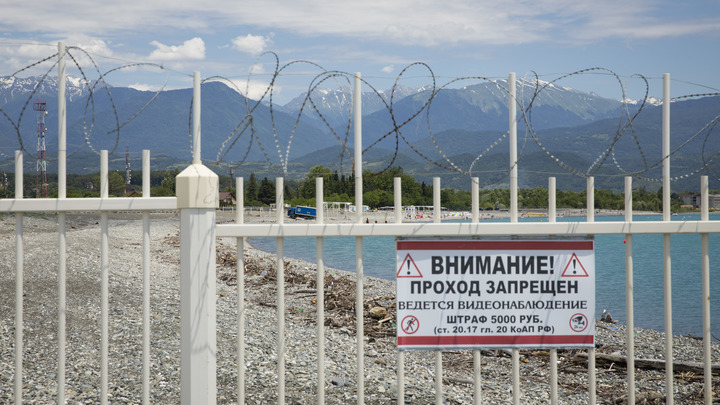 Двух туристов из России взяли в заложники и поставили на счетчик после ДТП в Абхазии
