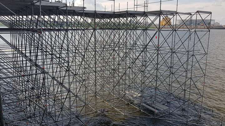 Сцену для гала-шоу к 800-летию Нижнего Новгорода начали возводить в акватории Оки и Волги