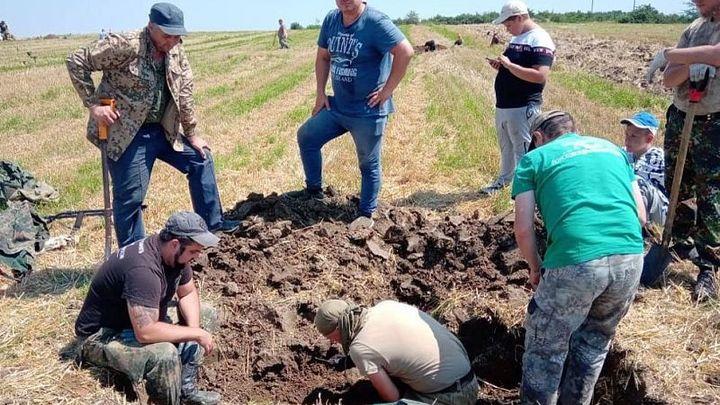На Кубани поисковики нашли обломки истребителя и установили имя пилота