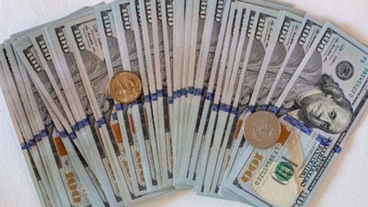 Белорусы понесли свои накопления в долларах в местные банки