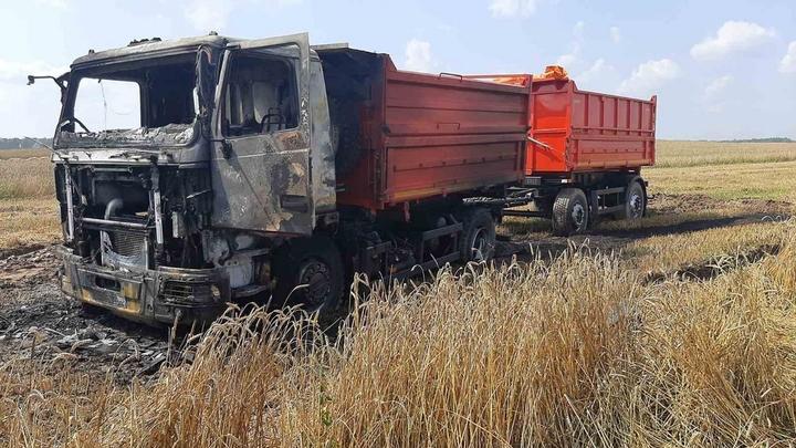 Механизаторы потушили горящий МАЗ на поле с пшеницей