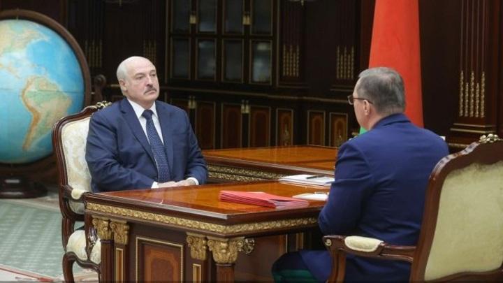 Лукашенко: они нас душат, и в тоже время требуют защиты