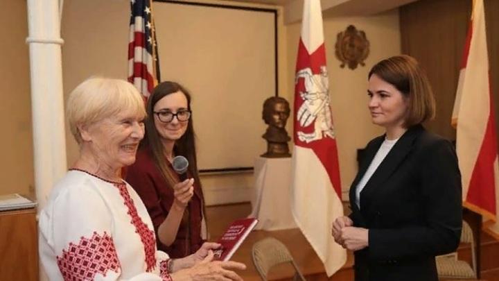 «Бело-красно-белую тряпку» Тихановской признают вне закона: Её использовали каратели