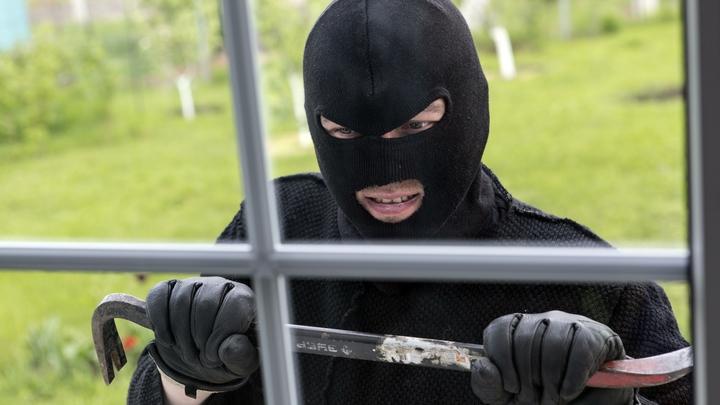В центре Нижнего Тагила неизвестный мужчина разгромил витрины кафе, банка и магазинов