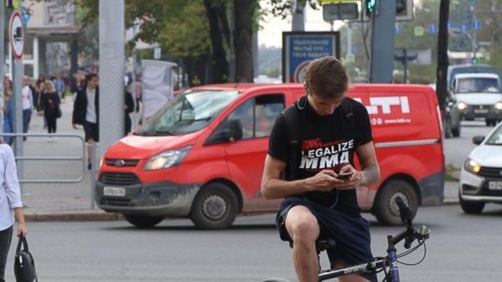 В Челябинске водителей будут штрафовать за разговоры по телефону на 1500 рублей