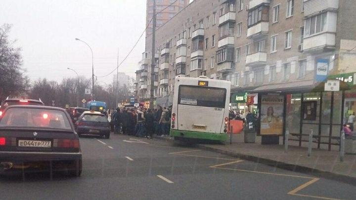 Изо всех сил выкручивал руль: Запись из салона автобуса в момент наезда на остановку