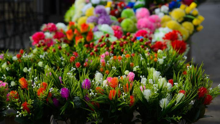 К офису Сбербанка несут цветы после убийства из-за домашнего задания