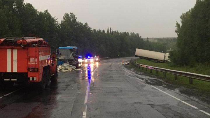 Автобус с пассажирами столкнулся с грузовиком на трассе в Кузбассе