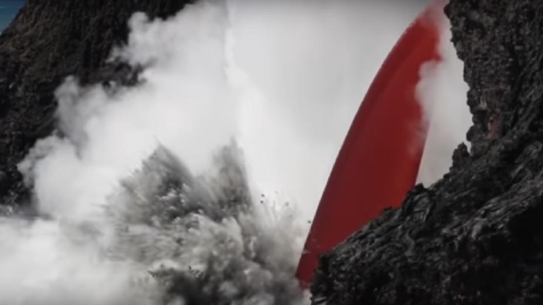 Мощный поток лавы из вулкана на Гавайях заставил океан вскипеть - ВИДЕО