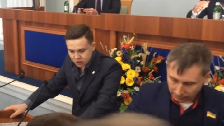 В Черкассах депутаты-националисты подрались из-за выступления на русском языке - ВИДЕО