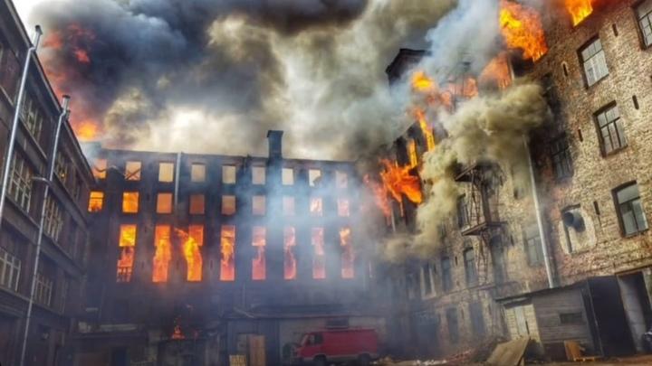 В Петербурге пятый день тушат тлеющие завалы «Невской мануфактуры»